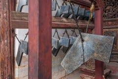Sätter en klocka på den stora Hall för den Yunnan Honghe prefekturJianshui templet borggården Arkivbilder