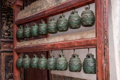 Sätter en klocka på den stora Hall för den Yunnan Honghe prefekturJianshui templet borggården Arkivfoto