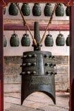 Sätter en klocka på den stora Hall för den Yunnan Honghe prefekturJianshui templet borggården Royaltyfri Bild