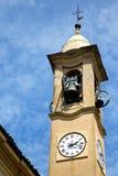sätter en klocka på gammalt abstrakt begrepp för jeragoen i Italien och det kyrkliga tornet solig dag Royaltyfria Foton