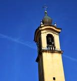 sätter en klocka på gammalt abstrakt begrepp för vinagoen och det kyrkliga tornet solig dag Arkivbilder