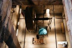 Sätter en klocka på mekanismen av domkyrkan av Mechelen Royaltyfria Bilder