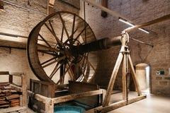 Sätter en klocka på mekanismen av domkyrkan av Mechelen Arkivfoton