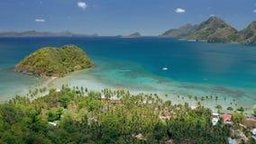 Sätter på land det panorama- skottet för det flyg- surret av Las Cabanas El Nido, Palawan, Filippinerna Ensamt segla fartyget bli lager videofilmer