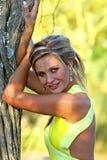 Sättigt junge Frau im Garten Lizenzfreie Stockfotografie