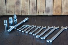Sätze der verschiedenen Werkzeuge für die Ausführung von zahlreichen Arbeiten lizenzfreies stockbild