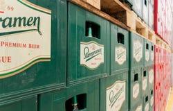 Sätze des abgefüllten Bieres in einem Speicherlos im Freien Stockbilder