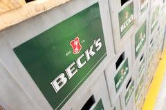 Sätze des abgefüllten Bieres in einem Speicherlos im Freien Stockfotos