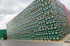 Sätze des abgefüllten Bieres in einem Speicherlos im Freien Lizenzfreie Stockfotos