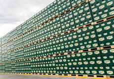 Sätze des abgefüllten Bieres in einem Speicherlos im Freien Lizenzfreie Stockbilder