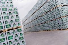Sätze des abgefüllten Bieres in einem Speicherlos im Freien Stockfotografie