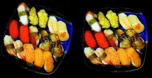 Sätze suhi in den Kunststoffschalen stockfotografie