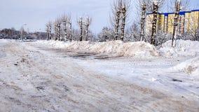 Säubern der Straße von vielem Schnee im Winter in der Stadt durch den Straßenrand Stockbilder