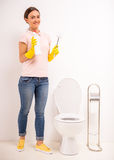Säubern der Toilette Stockfoto