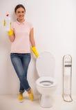 Säubern der Toilette Lizenzfreie Stockfotos