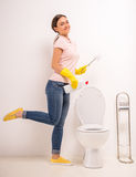 Säubern der Toilette Lizenzfreie Stockbilder