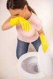 Säubern der Toilette Stockfotos