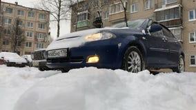 Säubern des Autos vom Schnee Ein Mann säubert sein Auto vom Schnee stock video footage