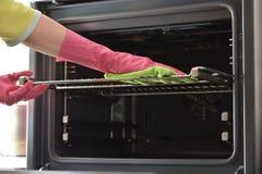 Säubern des Ofens Säubern Sie Ofen in der Küche Lizenzfreie Stockfotografie