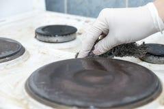 Säubern des schmutzigen Ofens Stockbild