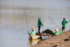 Säubern des Sees stockbild