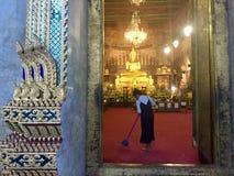 Säubern des Tempels, Bangkok Lizenzfreie Stockbilder