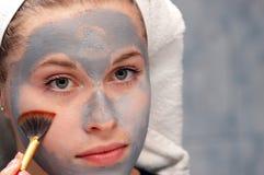 Säubern einer Gesichtsschablone Stockfotos