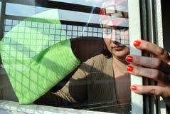 Säubern eines Fensters Lizenzfreies Stockfoto