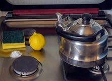 Säubern eines Gasherds mit Backnatron und Zitrone Lizenzfreie Stockfotos