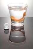 Säubern eines Gebisses in einem Glas mit Wasser Stockfoto
