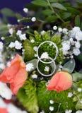 Säubern schellt auf weißen, grünen und rosa Rosenblumenstrauß Stockfoto