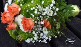 Säubern schellt auf weißen, grünen und rosa Rosenblumenstrauß Lizenzfreies Stockbild
