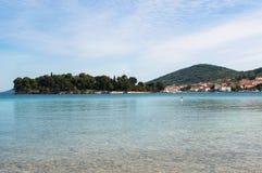 Säubern Sie adriatisches Meer um die Stadt Preko, Kroatien Lizenzfreies Stockbild