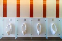 Säubern Sie allgemeinen Manntoilettenraum Lizenzfreies Stockfoto