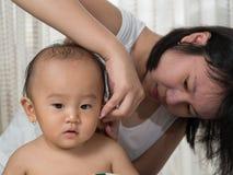 Säubern Sie Babyohr Stockbilder