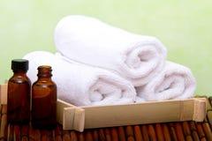 Säubern Sie Badekurorttücher und wesentliches Schmieröl Lizenzfreie Stockfotografie