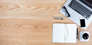 Säubern Sie den Desktop der roten Eiche mit Kaffee für Geschäft oder Bildung zurück Stockbild