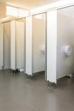 Säubern Sie den Raum der öffentlichen Toilette, der mit großem Fenster und Licht von ou leer ist Lizenzfreie Stockbilder