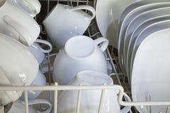 Säubern Sie Dishware in der Spülmaschine Stockfotografie