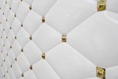 Säubern Sie einfachen weißen Fliesen-Wand-Hintergrund mit der goldenen ausführlichen Schilderung stockbilder