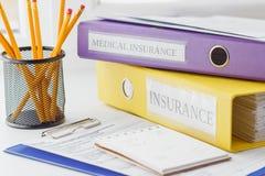 Säubern Sie Form, Ordner, Bleistifte im Halter und Notizblock der Versicherung Stockbild