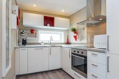 Säubern Sie frische und helle Küche Stockfotos