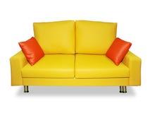 Säubern Sie gelbes Sofa und Kissen Stockfotos