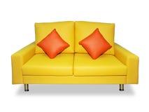 Säubern Sie gelbes Sofa und Kissen Lizenzfreies Stockfoto