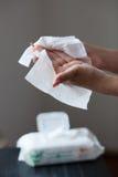 Säubern Sie Hände mit Feuchtpflegetüchern Stockfoto
