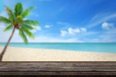 Säubern Sie hölzerne Tabelle auf Strand stockbilder