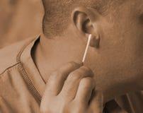 Säubern Sie heraus Ihre Ohren lizenzfreie stockfotos