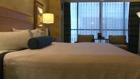 Säubern Sie Hotelzimmer und Bett Dolly Move stock footage