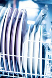Säubern Sie Küchengeschirr im Spülmaschinenmakro Stockbild