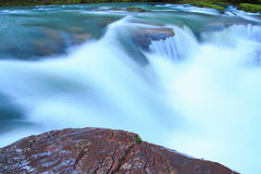 Säubern Sie kaskadierendes weißes Wasser des Flusses Stockfoto